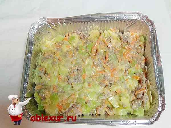 укладываем кабачки с овощами и фаршем в жаропрочную форму