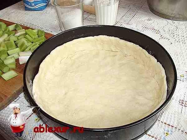 уложенное творожное тесто в круглую форму для выпечки
