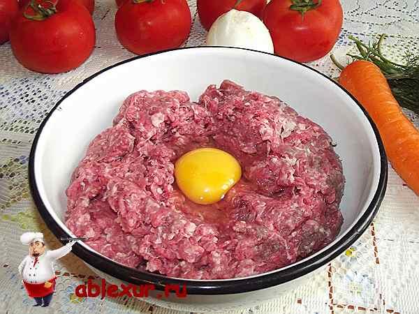 соединяю яйцо и мясной фарш