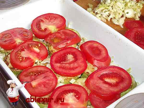 помидоры выложенные на кабачки с сельдереем