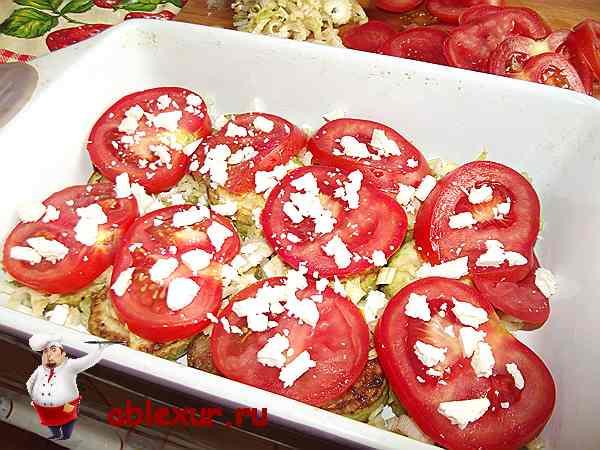 посыпанные сыром брынза овощи