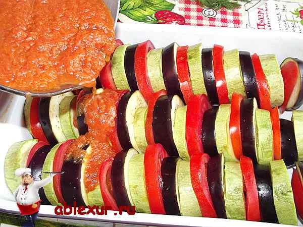 поливаю овощи томатным соусом для запеканки