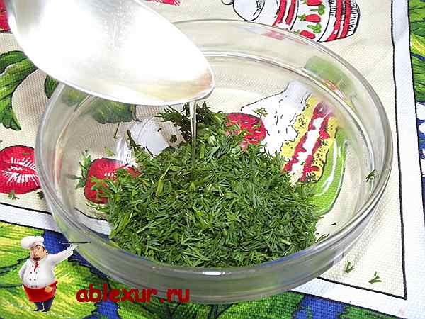 вливаю растительное масло в укроп и чеснок