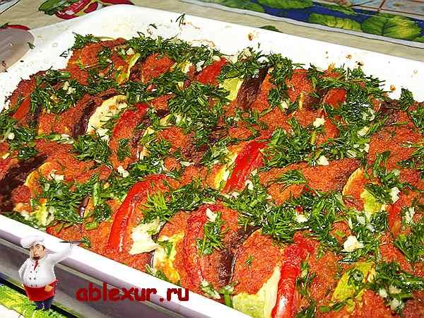 посыпанная укропом и чесноком запеканка из овощей