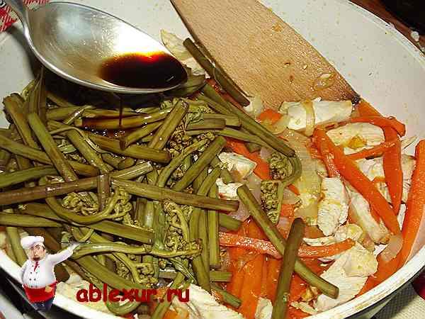 к овощам и курице добавляю папоротник и соевый соус