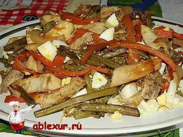 салат из папоротника с яйцом и курицей на блюде