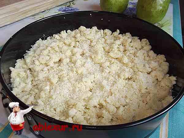 пирог с грушами подготовленный к запеканию