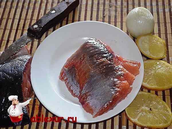 соленая горбуша на тарелке с лимоном