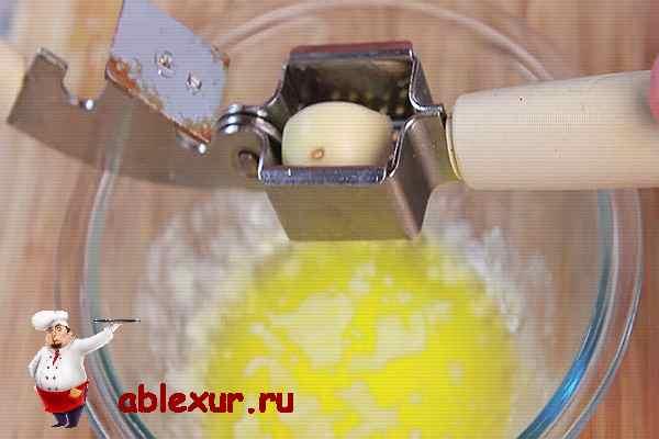 добавляю чеснок в сливочное масло