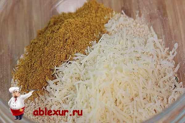перемешанные сыр пармезан и кари
