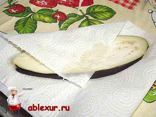 сушу бумажным полотенцем пластинки из баклажанов