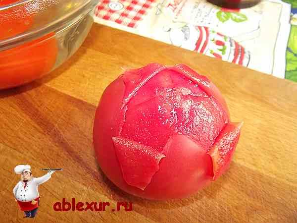 помидор с которого снимают кожицу