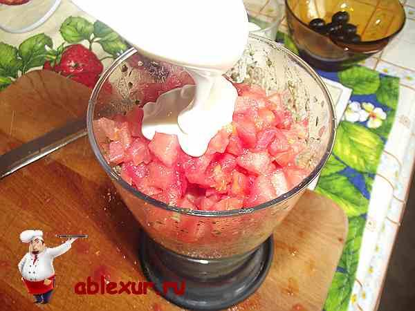 соединяю помидоры с начинкой и майонезом