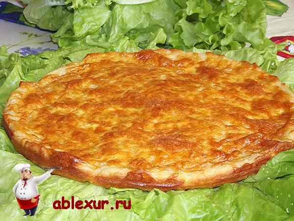 пирог с сыром на листьях салата