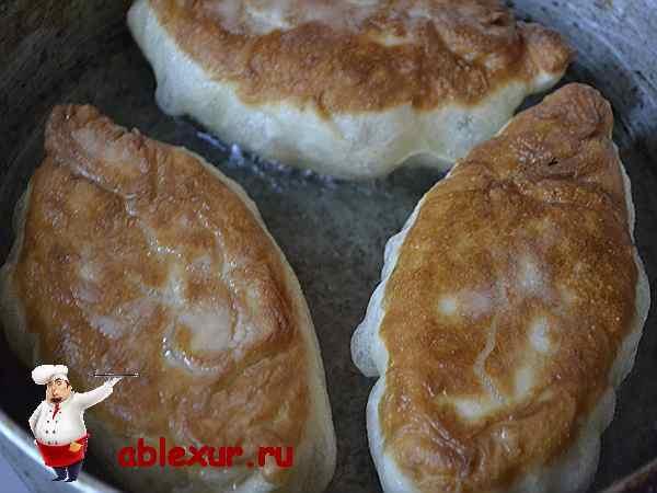 пирожки с капустой жарятся на сковородке