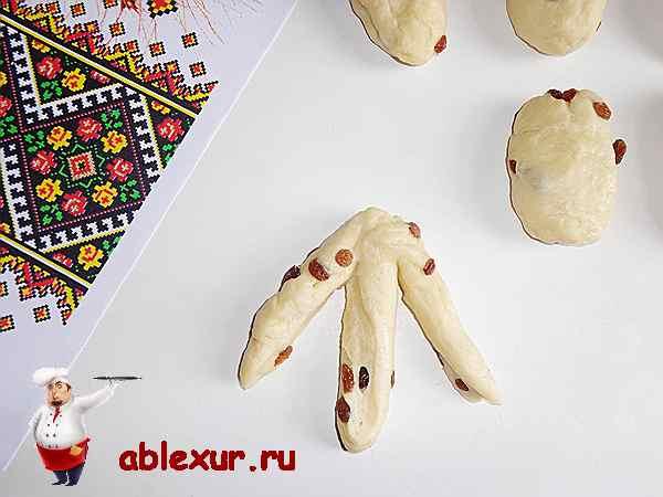 разрезанные заготовки для булочек