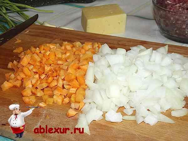 морковь и лук нарезанные на кубики для фарша в кабачки