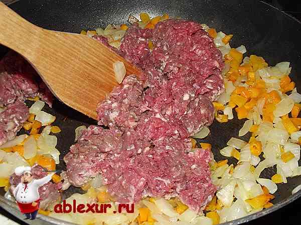 обжариваю вместе мясной фарш и лук с морковью