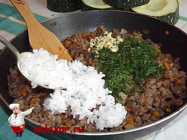 добавляю в мясной фарш рис, укроп и чеснок
