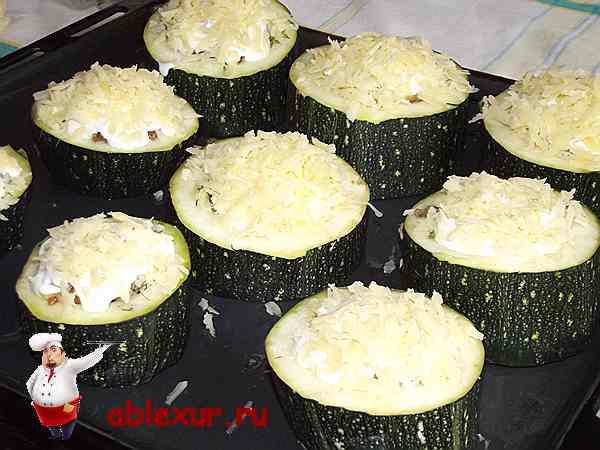 посыпанные сыром кабачки с фаршем