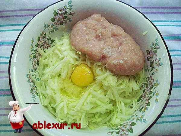 кабачок, яйцо и куриный фарш в тарелке