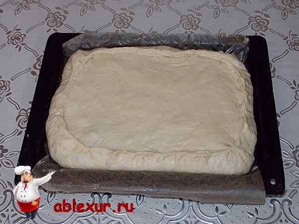 приготовленный к запеканию пирог с начинкой из зеленого лука и яиц
