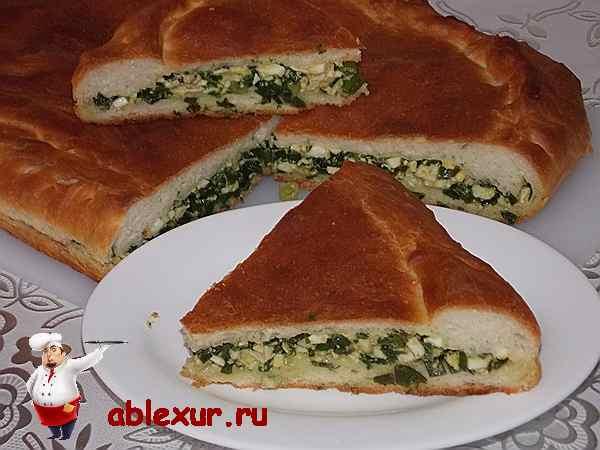 разрезанный пирог с луковой начинкой
