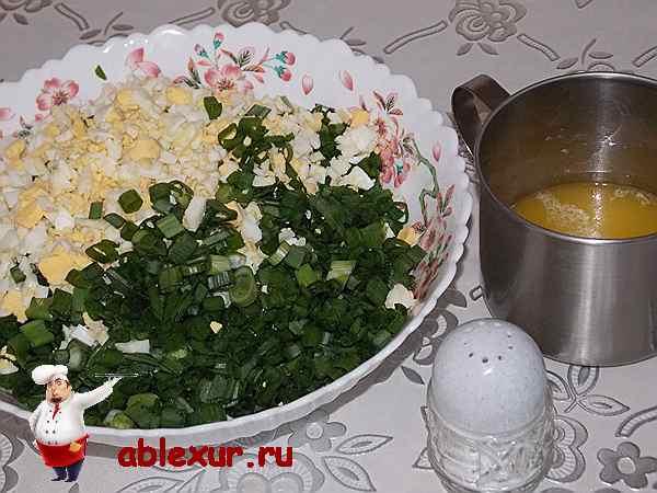 перемешиваю луковую начинку с яйцами