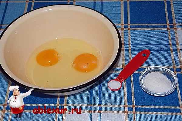 два яйца в глубокой чашке