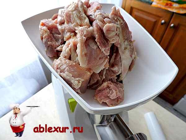 перемалываю свинину на мясорубке