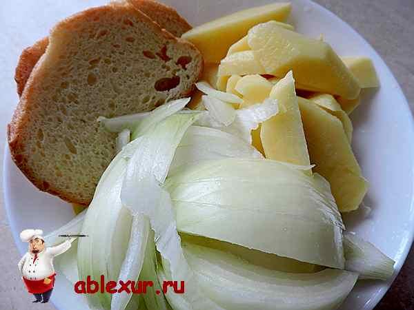 хлеб, лук и картошка для котлет из свинины