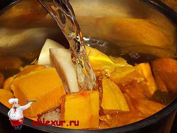 заливаю тыкву и картофель водой