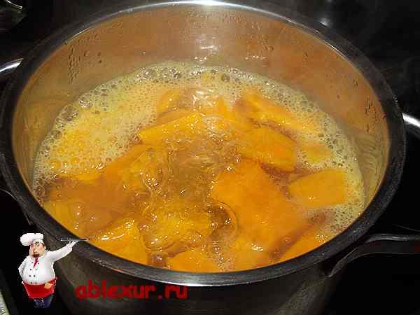 тыква и картофель варю в кастрюле