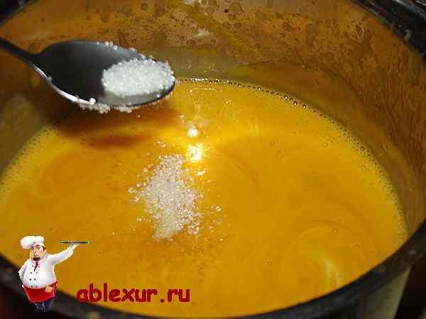 всыпаю сахар в суп из тыквы