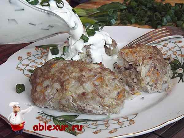 поливаю голубцы сметаной с зеленым луком