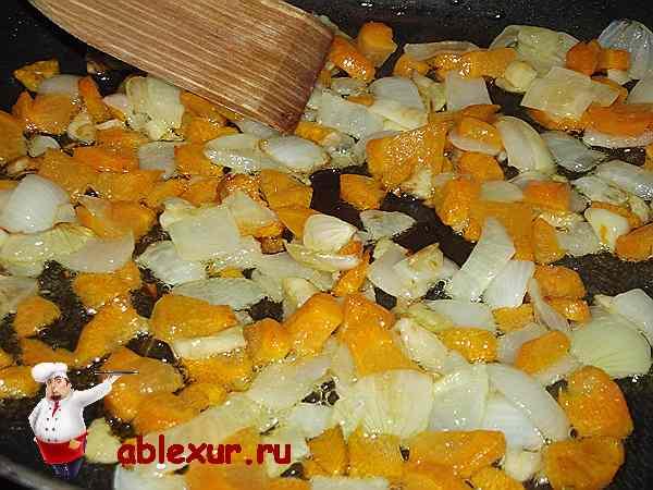 обжариваю лук и морковь для ленивых голубцов
