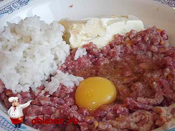 добавленные в фарш яйцо, рис и сливочное масло