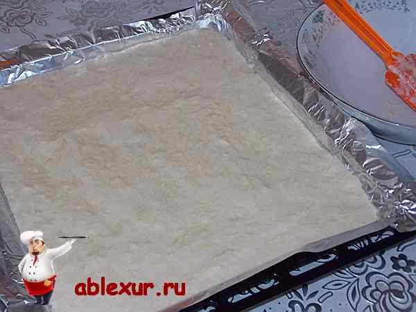 раскатанный пласт теста из кабачков