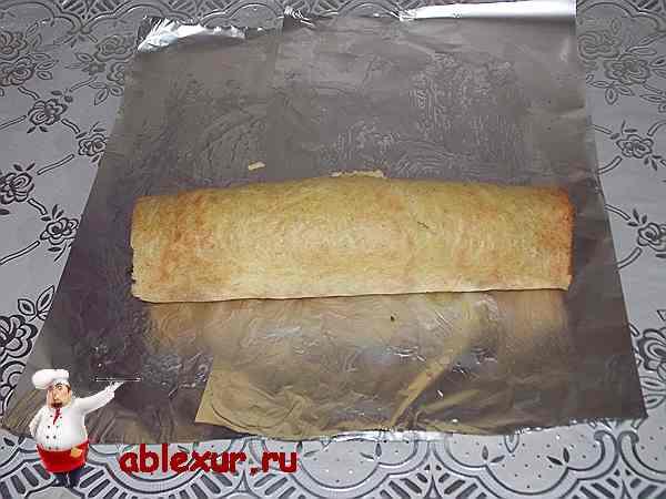 скручиваю кабачковое тесто с начинкой в рулет