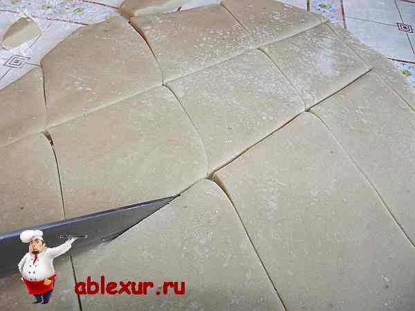 вырезаю ножом печенья из теста