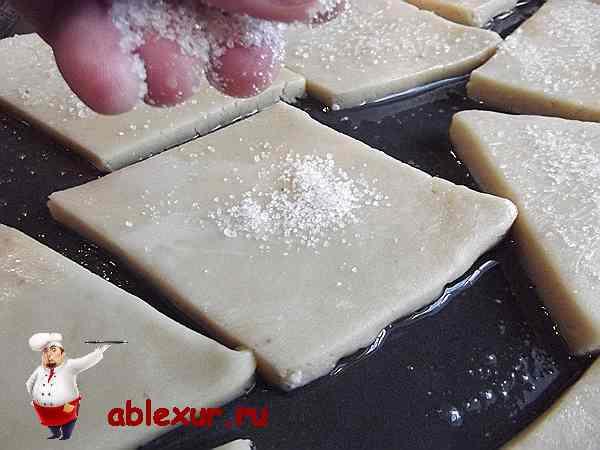 посыпаю печенье с бананами и медом сахаром