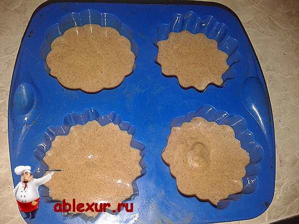силиконовая форма заполненная тестом для диетических кексов