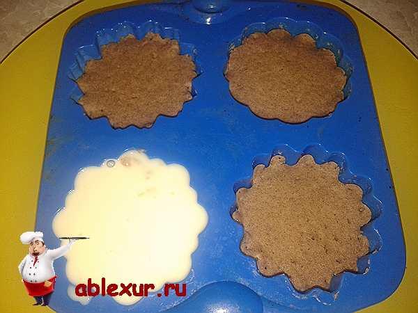 заполняю формочки с кексами йогуртом с желатином