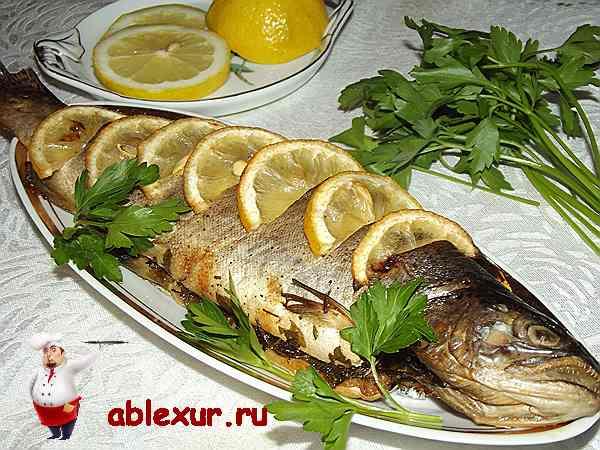 форель, запеченная в фольге с лимоном и петрушкой