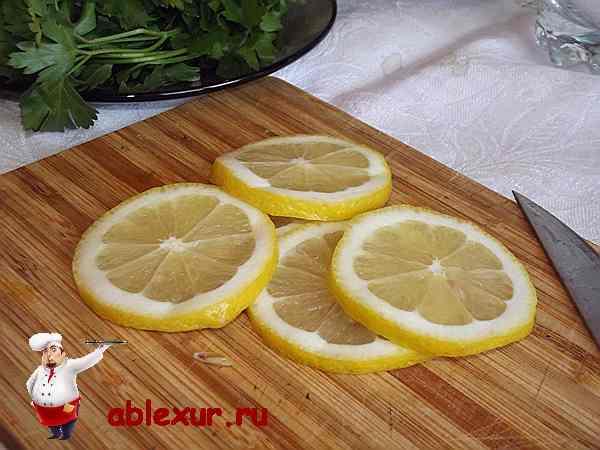 нарезанный на кружочки лимон