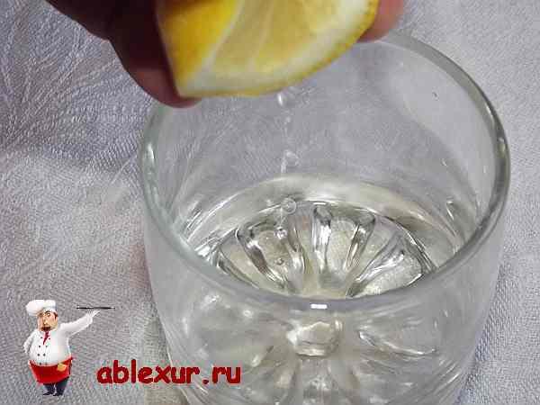 выдавливаю лимон в масло