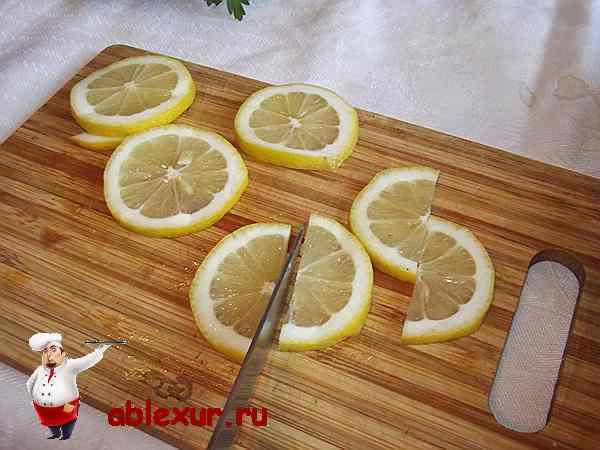 разрезаю лимон на две половинки