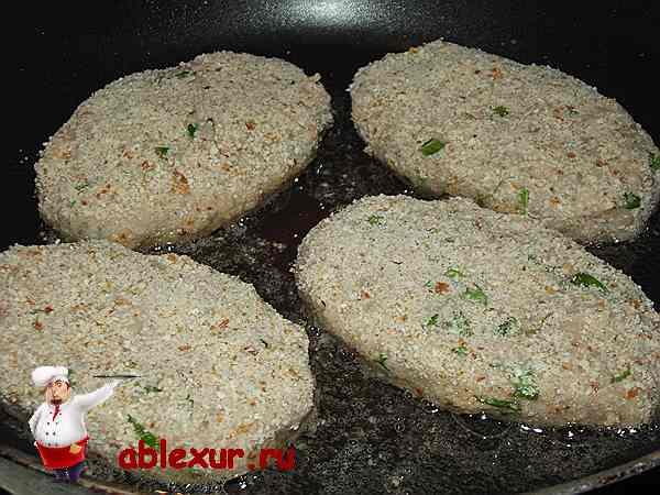 постные котлеты с фасолью жарятся на сковородке