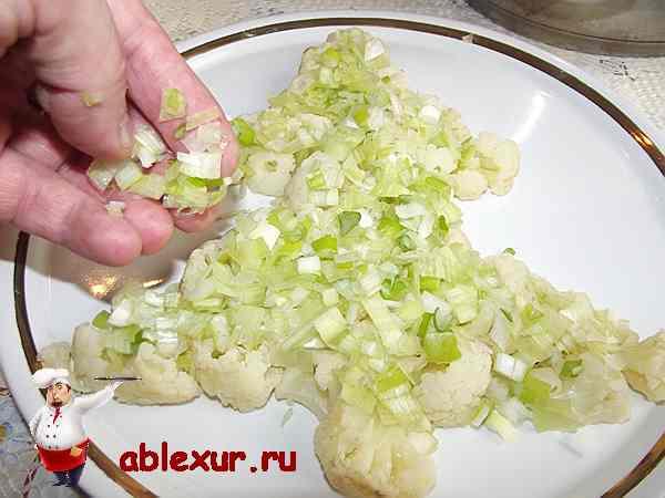 посыпаю цветную капусту луком порей