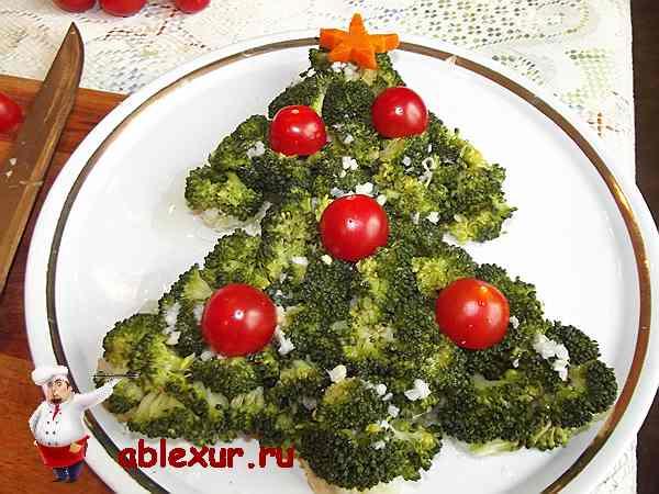 украшаю салат помидорами черри
